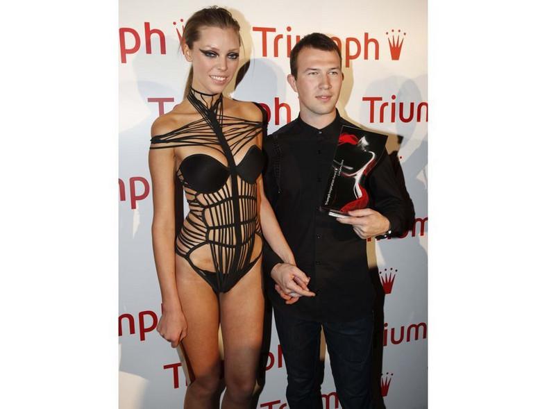 Zwycięzca konkursu 2010 wraz z modelką prezentującą nagrodzoną pracę