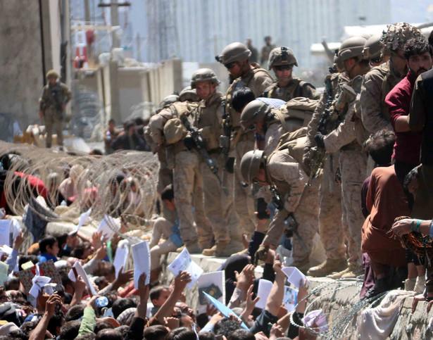 Afgańczycy próbujący dostać się na lotnisko w Kabulu