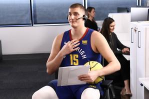 Ovako je Jokić reagovao kada su mu pokazali novi kačket Denvera - u bojama naše trobojke i sa grbom SRBIJE /VIDEO/