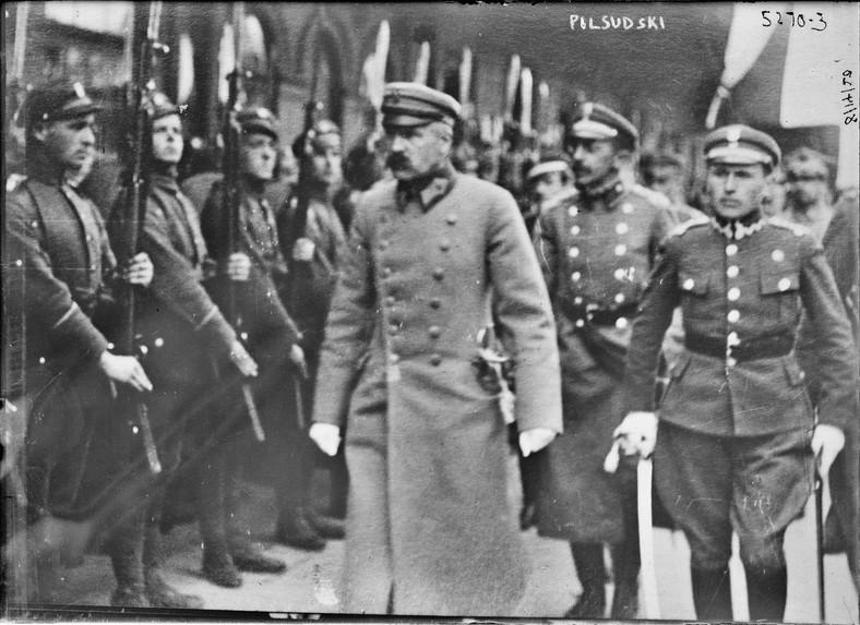 Piłsudski przed frontem oddziału Wojska Polskiego, Mińsk 1919, źródło: United States Library of Congress