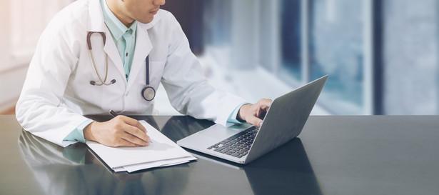 Rząd szuka sposobu na przeciwdziałanie masowym wyjazdom lekarzy z Polski