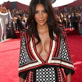 Kim Kardashian znowu zaświeciła biustem