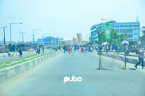 A miniature replica goal post on a major street in Lagos during the gubernatorial elections in March, 2019 (Pulse Nigeria)