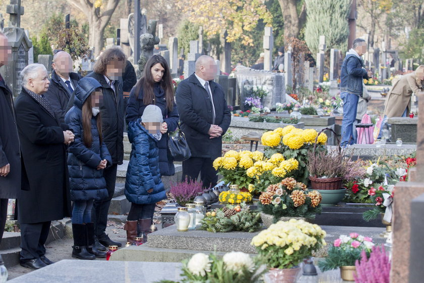 Kaczyński z Martą i jej córkami na Powązkach