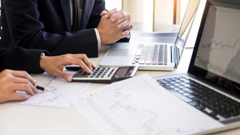 praca, komputer, notatki, kalkulator/fot. Shutterstock