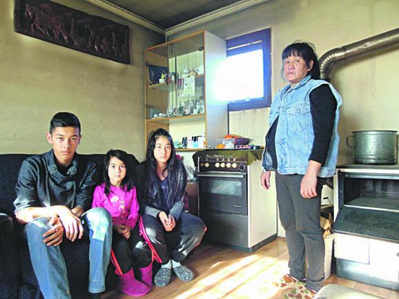 Majka Marnit sa decom u skromnoj kući