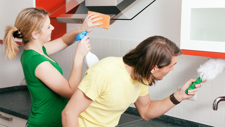 1. Wspólne sprzątanie mieszkania i jego szeroko pojmowana gotowość do udzielania się w wykonywaniu obowiązków domowych.