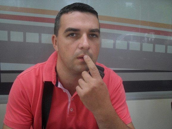 Vladan Marković pokazuje gde ga je udario direktor Poljoprivredne službe
