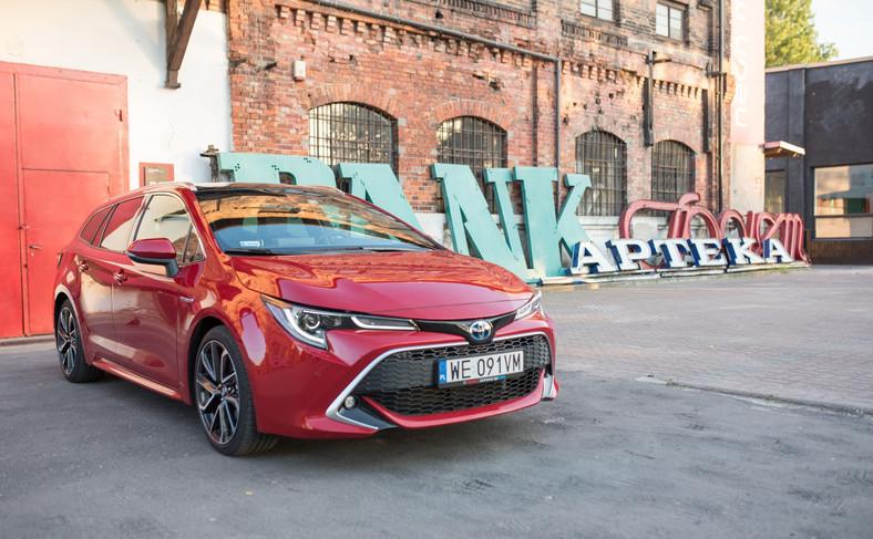 Nowy 2-litrowy 180-konny napęd hybrydowy Corolli z oferuje lepsze osiągi niż równolegle oferowany 1.8 Hybrid/122 KM. Sprint od 0 do 100 km/h trwa 7,9 s, czyli o 3 szybciej niż 1.8. W trybie elektrycznym można już jechać nawet 115 km/h. Ciekawostką jest to, że mimo wyższych parametrów mocniejszy układ hybrydowy zapewnia średnie spalanie na poziomie słabszej wersji, czyli odpowiednio 3,7/100 km i 3,3 l/100 km w hybrydzie 1.8. I jeszcze jedna sprawa – w porównaniu z silnikami Diesla 2-litrowy napęd hybrydowy Corolli oczarowuje płynnością działania, można ją porównać do kultury pracy konstrukcji w układzie V