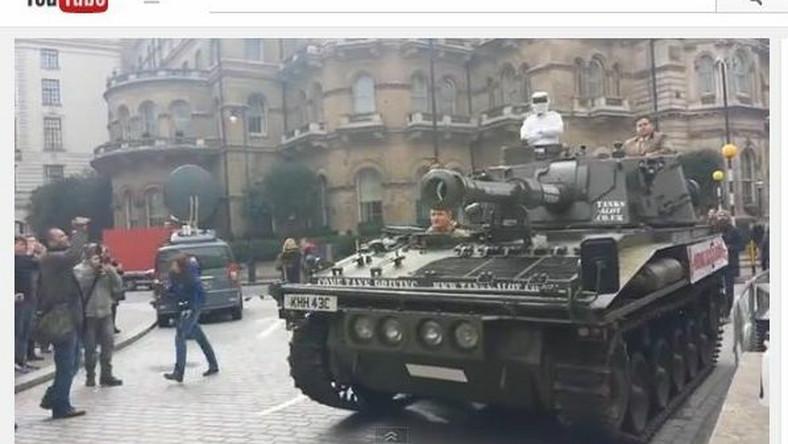 """czołg pod siedzibą BBC w ramach akcji """"przywróćcie Clarksona"""""""
