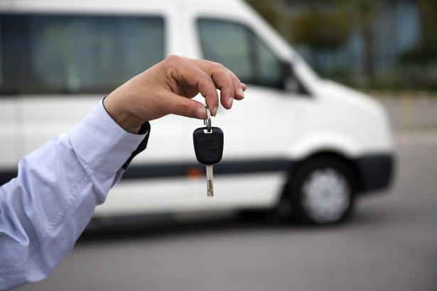 Decyzja o zarządzeniu konwoju będzie doręczana kierującemu pojazdem i będzie podlegać natychmiastowemu wykonaniu.