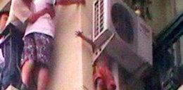 Chłopiec wypadł z 8. piętra i na 7. utknął! FOTY