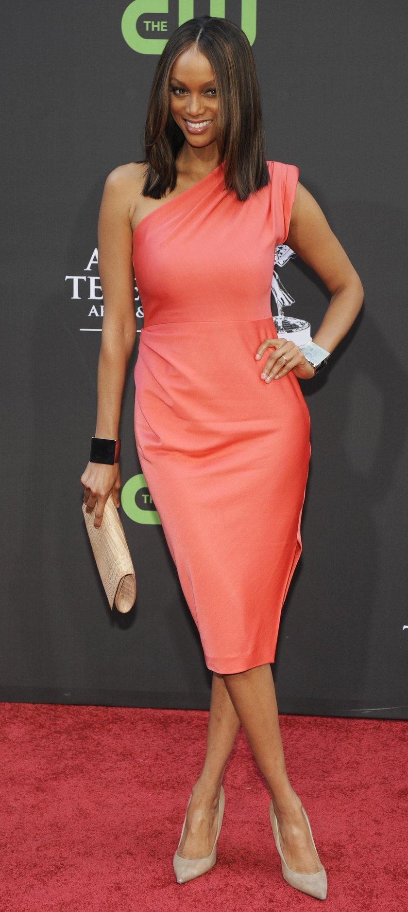 Tyra Banks w łososiowej sukience