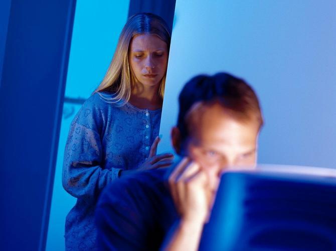 Važ muž gleda erotske filmove? Evo kako to utiče na vaš brak