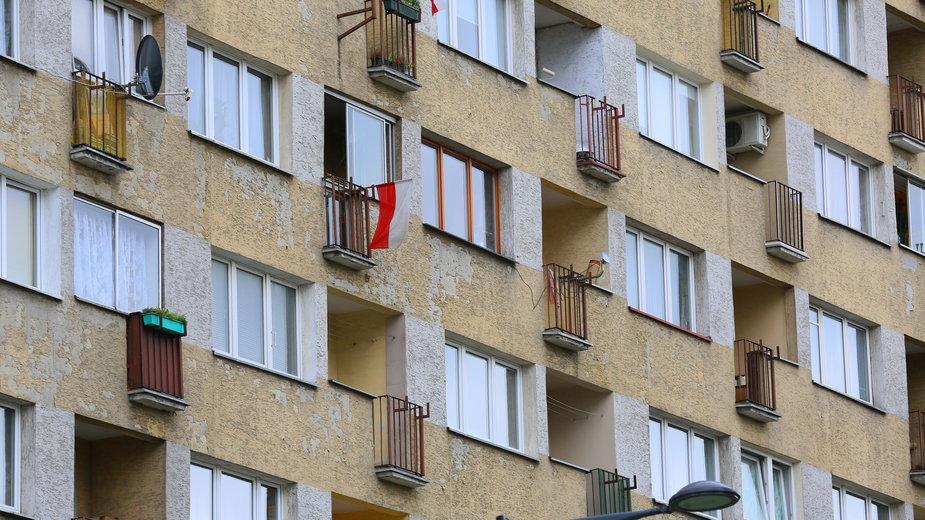 Co Polacy potrafią wyrzucić przez okno czy balkon? Zdj. ilustracyjne