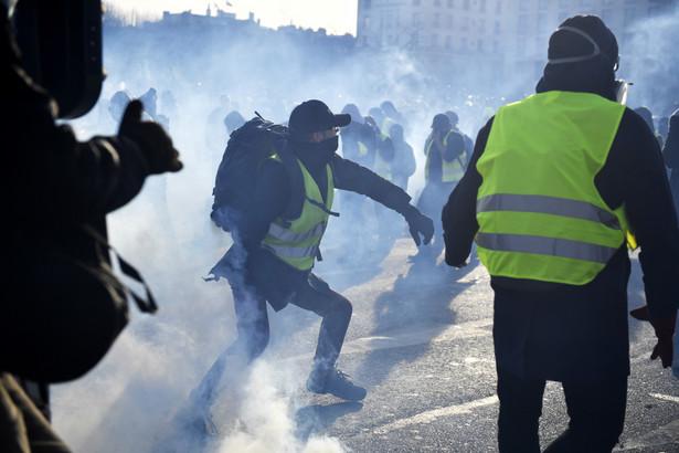 """Protesty """"żółtych kamizelek"""" rozpoczęły się w listopadzie 2018 roku i organizowane są co sobotę. Ruch ten odrzuca politykę gospodarczą Macrona, nastawioną - jak twierdzi - na duże koncerny i bogatych kosztem zwykłych pracowników. Domaga się podniesienia płac, emerytur i zasiłków dla bezrobotnych."""
