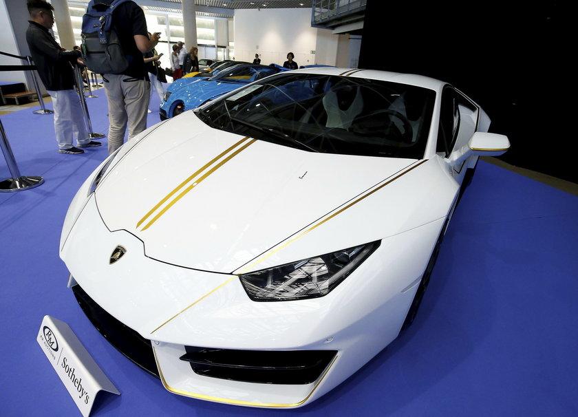 Lamborghini w papieskich barwach
