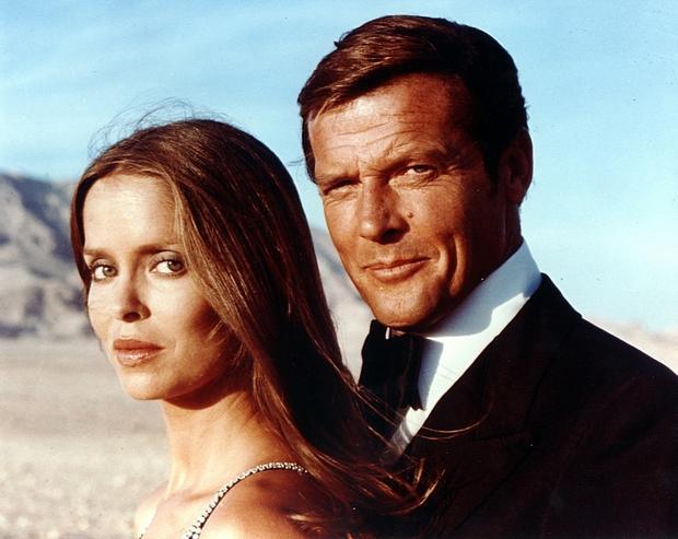 """Sir Roger Moore i Barbara Bach w filmie """"Szpieg, który mnie kochał"""" z serii o Jamesie Bondzie"""