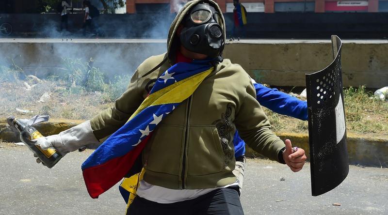 Protestujący w Caracas w Wenezueli, środa 19 kwietnia 2017 r.
