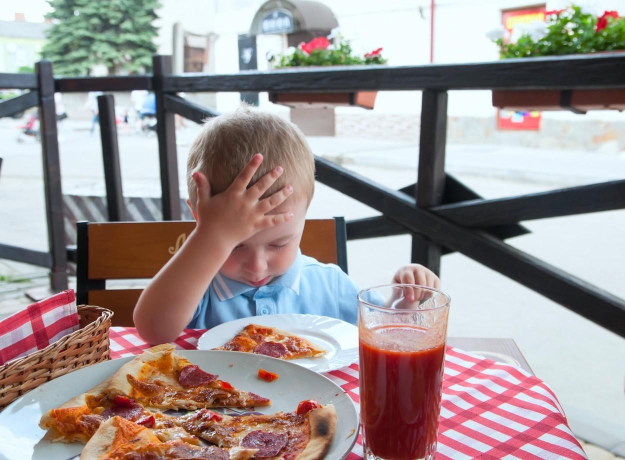 """""""Ostavite vašu nevaspitanu decu kod kuće ili promenite lokal"""": Gazda kafića doneo odluku posle koje ga neki preziru, a neki slave"""