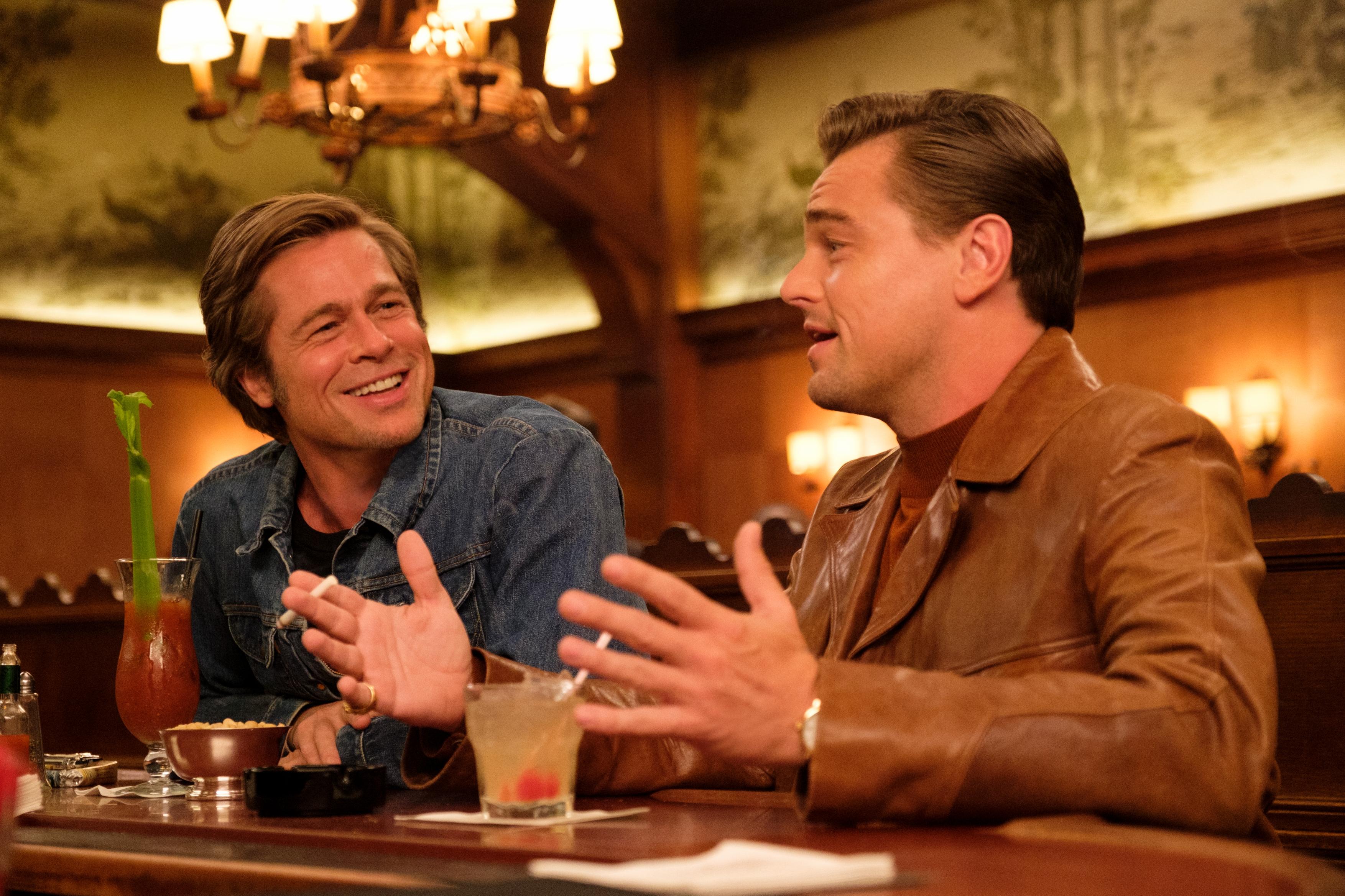 "Szene aus ""Once Upon a Time in Hollywood"": Brad Pitt und Leonardo DiCaprio als Cliff Booth und Rick Dalton"