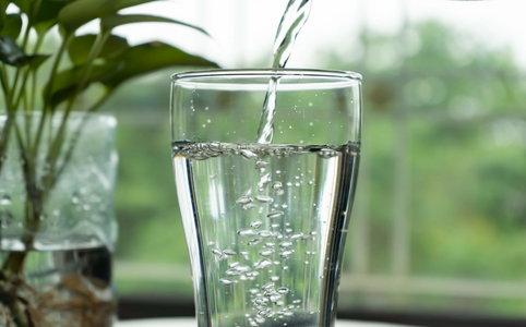 """Brita to producent filtrów do wody, dzięki którym każdy konsument może pić """"kranówkę"""". Jaki wpływ ma działalność marki na ludzi i środowisko?"""