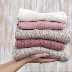 Czy wiesz, jak najlepiej przechowywać swetry i ubrania z delikatnej dzianiny?