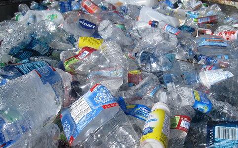 Mikroplastik to włókna tworzyw sztucznych o średnicy mniejszej niż 5 mm. Polacy kupują rocznie aż 4,5 miliarda płynów w plastikowych butelkach. Czy wiesz, o ile więcej drobinek szkodliwego mikroplastiku mogą spożywać konsumenci napojów w plastiku w porównaniu z osobami, które piją przefiltrowaną kranówkę?