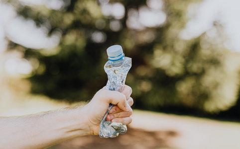 Naukowcy oraz ekolodzy apelują o zmniejszenie produkcji wyrobów z tworzyw sztucznych, zwłaszcza opakowań jednorazowych.  Jaka ilość plastikowych butelek jest wytwarzana na Ziemi podczas jednej sekundy?