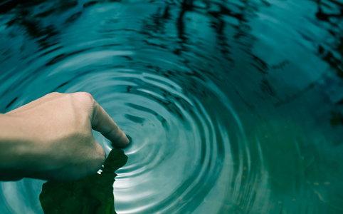"""Która z substancji (wchodzących w skład wielu preparatów """"domowej chemii"""") ma najbardziej niekorzystny wpływ na ekosystem wodny?"""