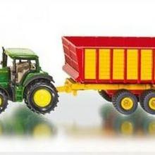 John Traktor Deere z przyczepą do kiszonki