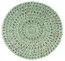 beret z kolorowej przędzy zrobiony na szydełku