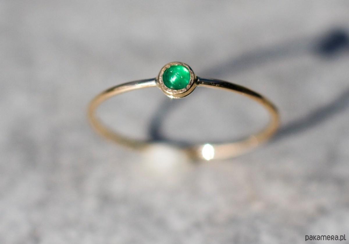 Skagen Minimalistyczny pierścionek złoty ze szmaragdem