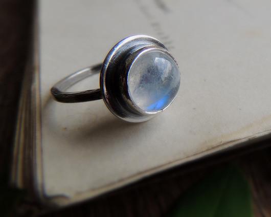 Mariaela Srebrny pierścionek z kamieniem księżycowym