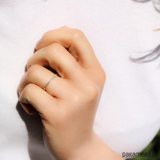 Skagen Złoty pierścionek obrączka ozdobiona cyrkoniami