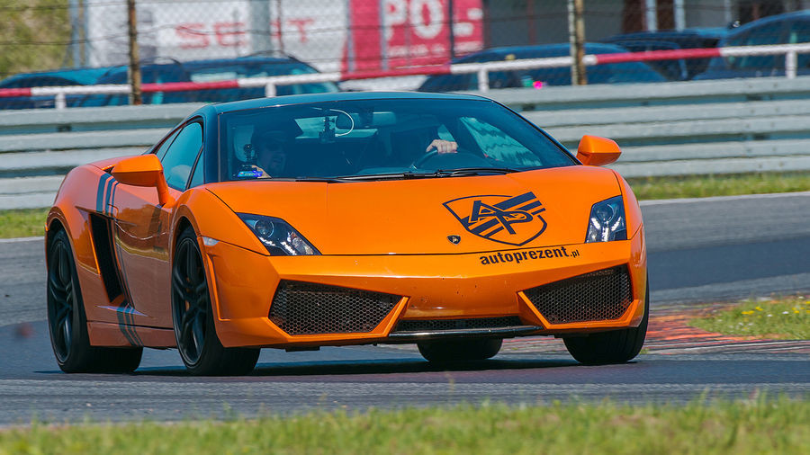 Jazda Lamborghini Gallardo i Nissan GTR kierowca Poznań 6 okrążeń