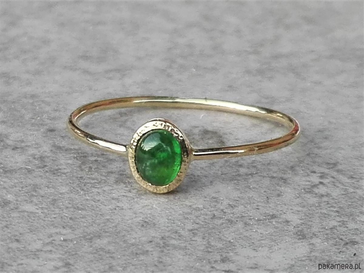 Skagen Naturalny szmaragd - delikatny pierścionek złoty