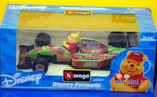 Bburago DISNEY FORMULA Wyścigówka + Figurka z bajki - Kaczor Donald, Kubuś Puchatek - 3 WZORY 20040 1/24
