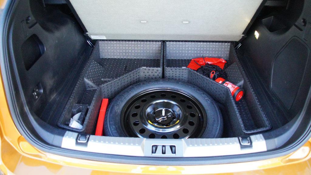 Pod podwójną podłogą bagażnika - pełnowymiarowe koło zapasowe i przydatne przegródki