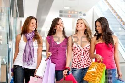 4154074-grupy-przyjaci---na-zakupy-w-centrum-handlowym.jpg