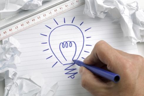 innowacje-pomysl-zarowka-rysunek-kartka-pisak-reka-490.jpeg