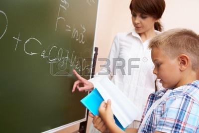 7306206-student-elementarne-gospodarstwa-copybook-z-jego-nauczyciel-wskazujacego-tablica.jpg