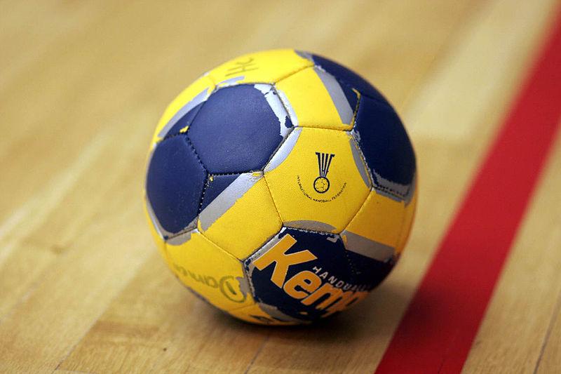 800px-Handball_the_ball.jpg