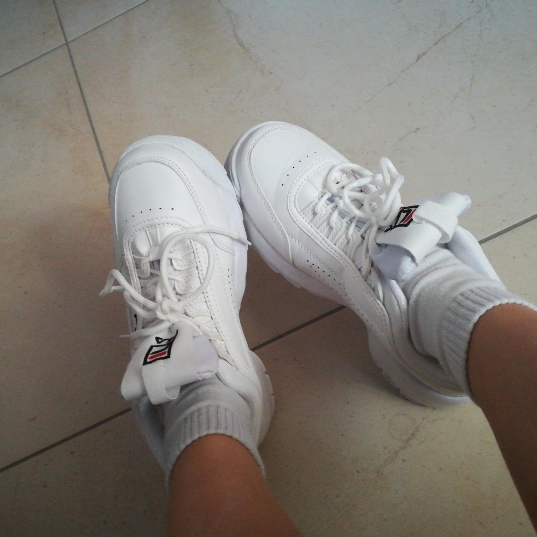 Czy chodzenie w podrabianych butach nie jest śmieszne