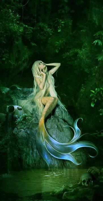 syreną w głębinach wielkiego oceanu,czasami pojawiająca się na brzegach bezludnych wysp,która pięknie śpiewa.