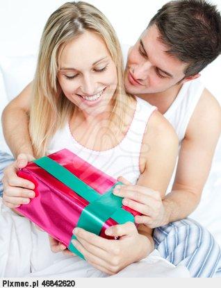 chlopak-daje-jej-prezent-dziewczyna-pajamas-pixmac-obraz-46842620.jpg