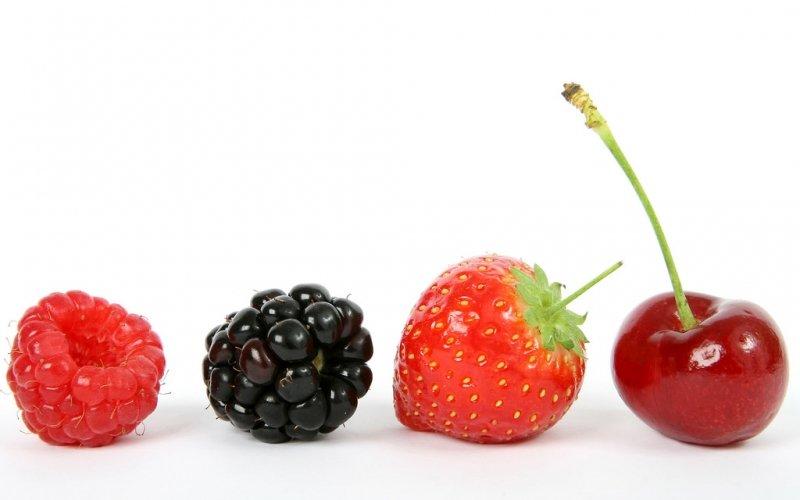 summer-fruit-salad-ingredients-strawberry-blackberry-cherry.jpg