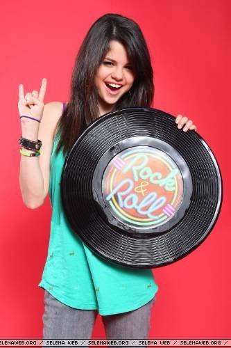 Selena-Gomez-selena-gomez-387916_333_500.jpg