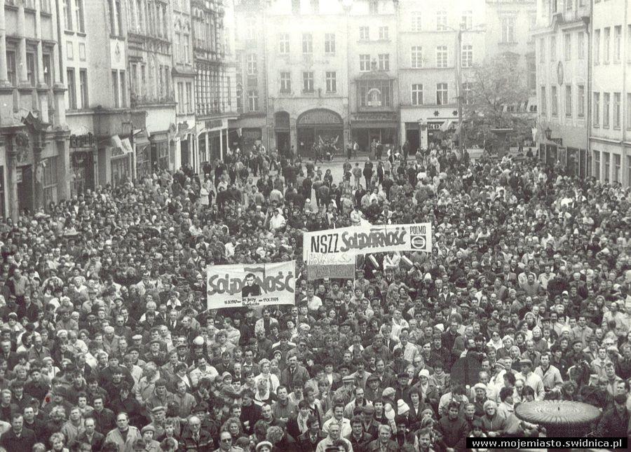 18 czerwca - wybory w Polsce i wygrana Solidarności, początek końca.