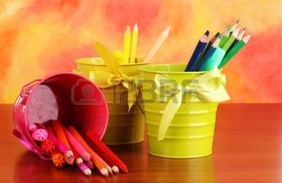 15242444-kolorowe-kredki-i-flamastrami-w-wiadrach-na-kolor-tla.jpg